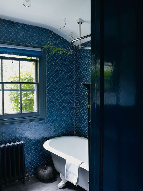BlueBathroomFishScaleTiles_560